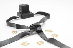 La paire de tefilin et le symbole de Tallit A des personnes juives, une paire de tefillin avec noir attache, sur un fond blanc, d Photos stock