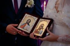 La paire tient deux icônes Photo stock