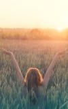 La paix et l'amour, femme de hippie célèbre la naissance du soleil dans un domaine de blé Photographie stock