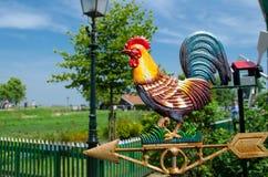 La pala metallica del gallo del vento del gallo si è accesa brillantemente dal sole Fotografie Stock Libere da Diritti