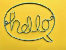 La palabra 'HOLA 'se hace del alambre azul imagen de archivo
