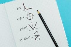 La palabra 'amor 'escrito por las fórmulas y los gráficos de matemático, concepto fotos de archivo