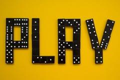 La palabra 'juego 'se emplea un fondo amarillo fotografía de archivo