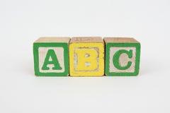 La palabra ABC en los bloques de los niños de madera Imagenes de archivo