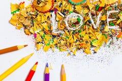 La palabra AMOR en el fondo de las virutas del lápiz Fotos de archivo libres de regalías