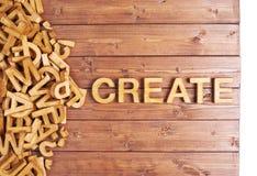 La palabra crea hecho con las letras de madera Foto de archivo