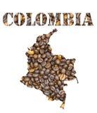 La palabra de Colombia y el mapa del país formaron con el fondo de los granos de café imagen de archivo libre de regalías