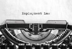 La palabra de la ley de empleo mecanografió palabras en una máquina de escribir del vintage Cierre para arriba fotos de archivo libres de regalías