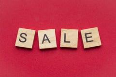 La palabra de la venta encendido se arrastra las tejas de madera fotografía de archivo libre de regalías