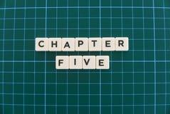 La palabra del capítulo cinco hizo de palabra cuadrada de la letra en fondo cuadrado verde de la estera fotos de archivo