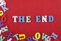 La palabra del FINAL en el fondo rojo compuesto de letras de madera del ABC del bloque colorido del alfabeto, espacio de la copia Imagenes de archivo