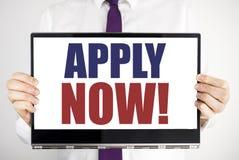 La palabra, escribiendo ahora se aplica El concepto del negocio para Job Hiring Application Written en el ordenador portátil de l fotos de archivo