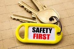 La palabra, escribiendo el concepto del negocio de la seguridad primero para la advertencia segura escrita en el tenedor dominant Fotografía de archivo libre de regalías