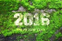 La palabra 2016 escrita en pared de piedra gris vieja con el musgo verde Imagenes de archivo
