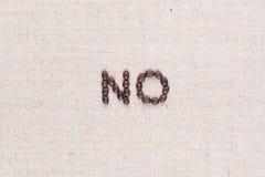 La palabra escrita no con los granos de café, alineados en el centro, cierre para arriba imagenes de archivo