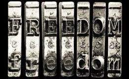 La palabra FREEDOME con la máquina de escribir vieja imagen de archivo