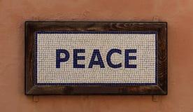 La palabra hecha las paces de los cubos Modelo de mosaico, marco de madera, fondo marrón caliente Ciérrese encima de la visión Foto de archivo