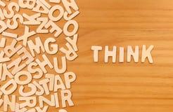 La palabra piensa hecho con las letras de madera del bloque Foto de archivo