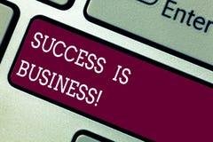 La palabra que escribe éxito del texto es negocio Concepto del negocio para las recompensas monetarias definidas que tienen impac foto de archivo