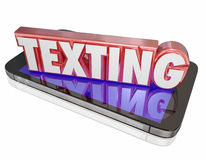 La palabra que manda un SMS 3d en el teléfono celular elegante comunica el mensaje Imágenes de archivo libres de regalías