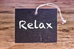 La palabra Relax escrita en el tablero de tiza Imagenes de archivo