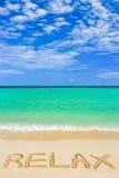 La palabra se relaja en la playa foto de archivo libre de regalías