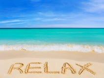 La palabra se relaja en la playa imagenes de archivo