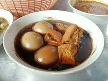 La palabra tailandesa de Palo del kai de Tom hirvió el huevo guisado en el arco, campo de la comida de Asia imágenes de archivo libres de regalías