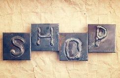 La palabra TIENDA hecha de letras del metal Foto de archivo libre de regalías