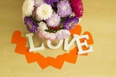La palabra y el x22; love& x22; y un ramo de flores imagen de archivo libre de regalías