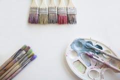 La paleta con colores brillantes y cepillos Imagen de archivo