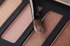 La paleta de sombras de ojos rosadas con compone el cepillo Imagen de archivo libre de regalías