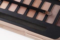 La paleta de sombras de ojos rosadas con compone el cepillo Fotografía de archivo libre de regalías
