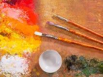 La paleta del artista, cepillos Imágenes de archivo libres de regalías