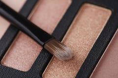 La palette des fards à paupières roses avec composent la brosse Photos stock