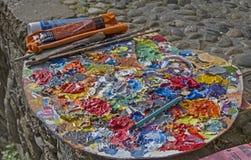 La palette du peintre avec des couleurs à l'huile Photos stock