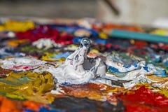 La palette du peintre avec des couleurs à l'huile Image libre de droits
