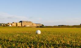La palla da golf si trova in tratto navigabile. Fotografie Stock Libere da Diritti