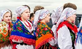 La palla dei partecipanti di festival di nazionalità lucida l'insieme GAIK di danza popolare Immagine Stock