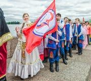 La palla dei partecipanti di festival di nazionalità lucida l'insieme GAIK di danza popolare Aspettando l'inizio di Fotografie Stock