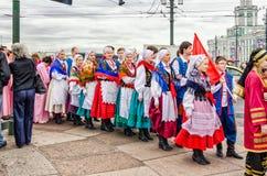 La palla dei partecipanti di festival di nazionalità lucida l'insieme GAIK di danza popolare Aspettando l'inizio di Fotografie Stock Libere da Diritti