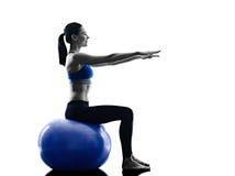 La palla dei pilates della donna esercita la forma fisica isolata Immagine Stock Libera da Diritti