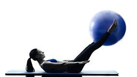 La palla dei pilates della donna esercita la forma fisica isolata Fotografia Stock
