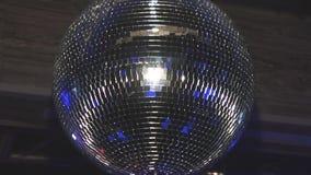 La palla della discoteca riflette i fasci blu dal riflettore sul partito in night-club intrattenimento illuminazione archivi video