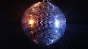 La palla dello specchio della discoteca riflette la luce rossa blu e video d archivio