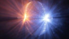 La palla dello specchio della discoteca riflette la luce rossa blu e molto luminosa
