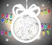 La palla di Natale ha tagliato da documento su fondo grigio. Fotografie Stock Libere da Diritti