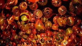 La palla e la luce decorano bello sulla celebrazione dell'albero di Natale video d archivio