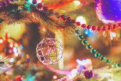 La palla elegante di cavo pesa sul primo piano dell'albero Fotografia Stock Libera da Diritti
