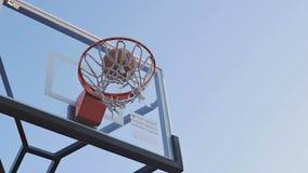 La palla entra nella pallacanestro del canestro video d archivio